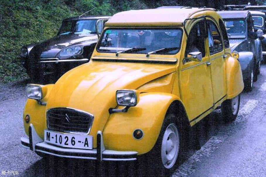 俗话说的好,没有出过镜的车可不是一款名车。2CV在1981年第12部007系列电影最高机密中,有过让人忘不了的镜头。