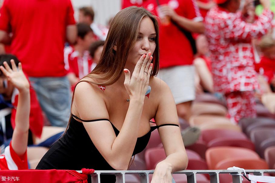首先这第一位,咱们不得不看看丹麦的这位小姐姐。生得一副让男性君子好逑,让女性为之羡慕的极佳身材,一副在北欧女性中精致的面容使之成为了球场中的焦点之一。