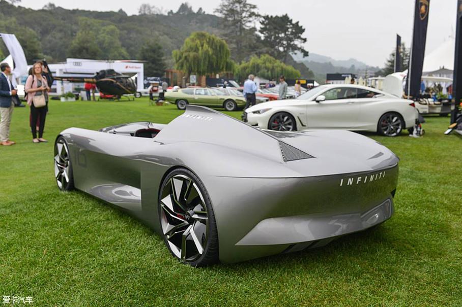 """看到尾部,你肯定会问""""尾灯呢?""""。概念车嘛,没点天马行空的想法那还是概念车吗?不过英菲尼迪这种将复古与未来相融在一起的做法,的确挺有创意。"""