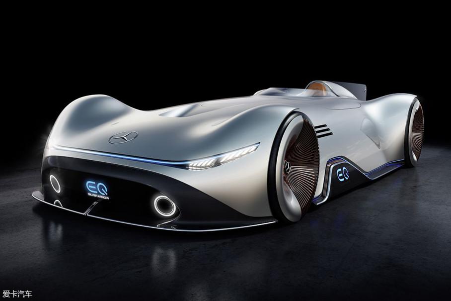 看到它头上那硕大的三叉星没?这就是奔驰EQ Silver Arrow Concept。从名字结合车身造型看出点端倪没?对!这就是为了致敬当年的传奇赛车银箭之作!