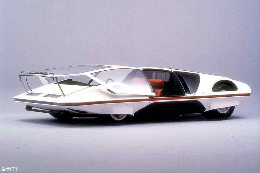 由宾尼法利纳执笔创作的法拉利512 S Modulo,在1970年日内瓦车展上一经亮相,便收获了无数大奖。极低的楔形车身姿态别说曾经,就算放到现在也是非常前卫的设计。