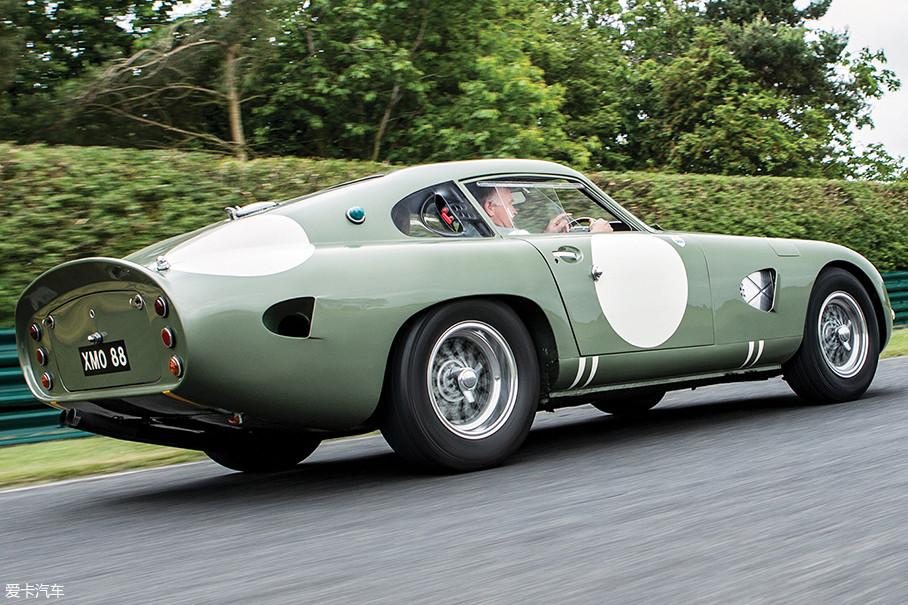说起它的经历,它可是第一台在勒芒的慕尚直道上突破300km/h的赛车,而且是以320km/h的最高时速成为的第一。