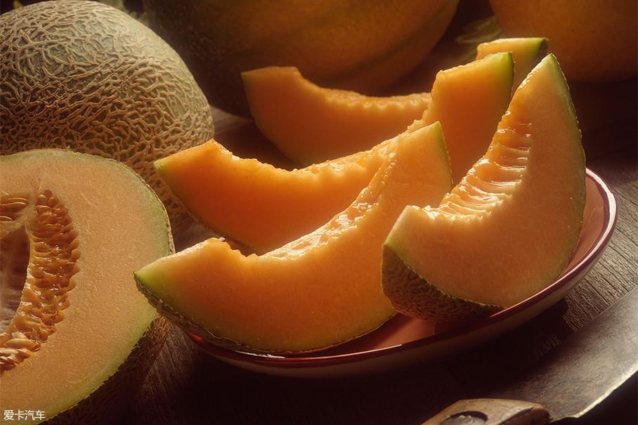 我估计前文说到哈密的时候,肯定有朋友会想到哈密瓜。在哈密瓜大类里,我们一般吃的甜瓜(哈密瓜)原产地就出自哈密,当然有机会的话你也可以尝尝口感更香甜的伽师瓜(也属于哈密瓜的一种,但产地位于伽师县)。