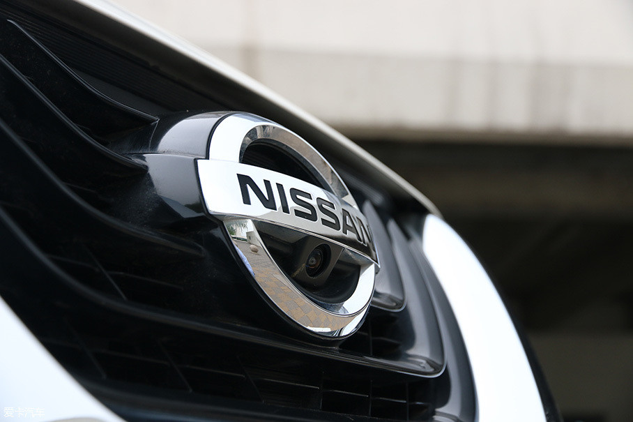 隐藏在logo下方的摄像头,配合车身周围的其他三个构成了全景倒车影像系统。