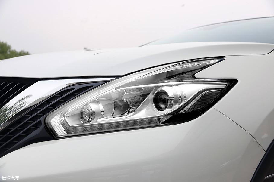 """来源于370Z的""""飞去来器""""造型的头灯和尾灯是楼兰外观的另一亮点,如同大风掠过之后自然形成的造型,无形中增加了整车的""""流动感"""",如今这个设计也在逐渐普及到日产其他车型中。"""