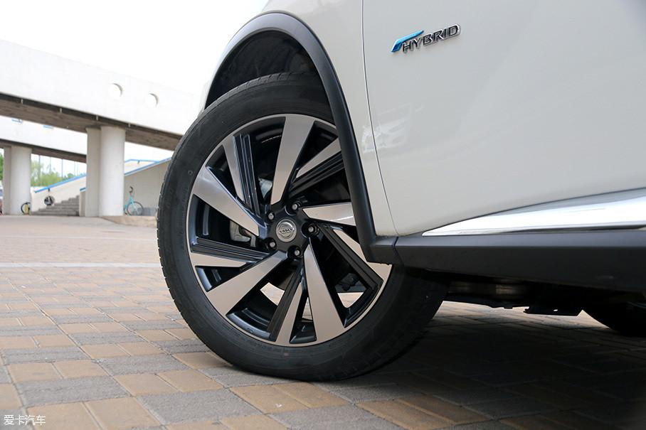 来自邓禄普的Sport Maxx轮胎主打操控和性能,规格为235/55R20,价格不菲。这从侧面也看得出来这台车的性格取向。