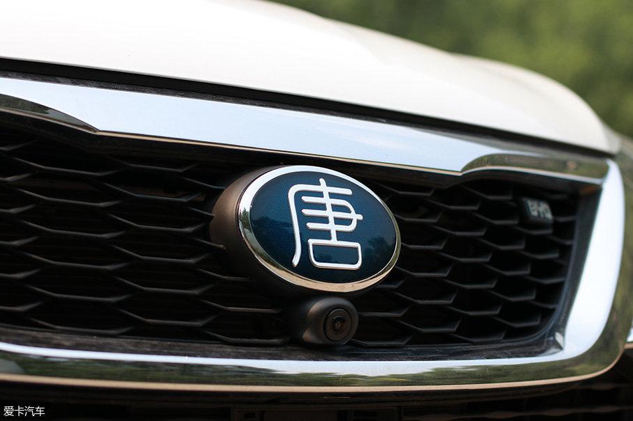 """车头悬挂了小纂体""""唐""""字logo,蓝色的底纹代表了它新能源车型的身份。"""