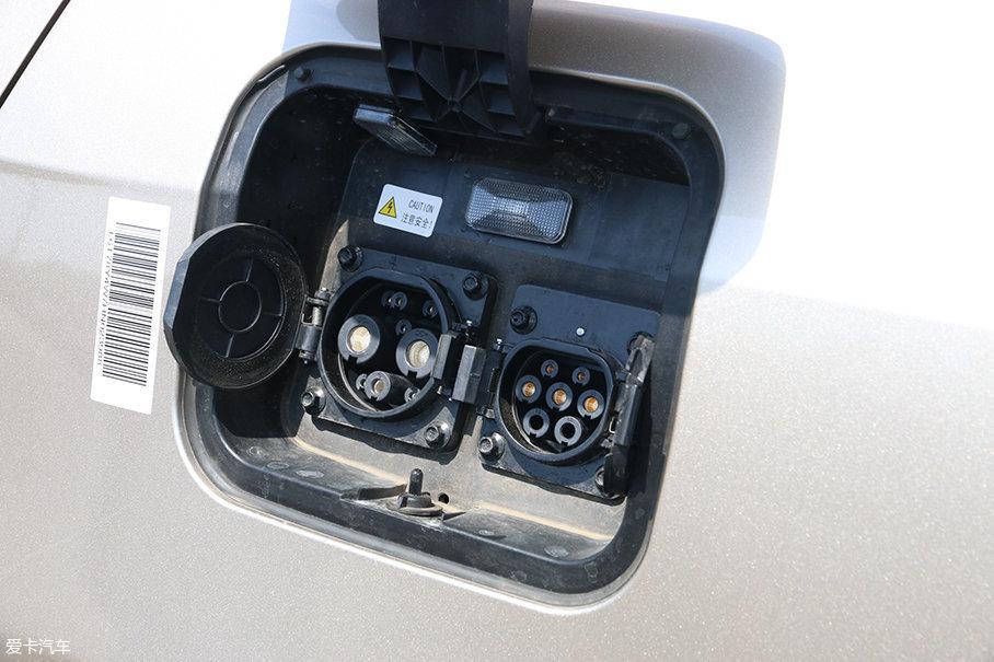 慢充、快充充电口都集中在车辆的左侧,方便操作。充电口上方还有一个指示灯,充电时会闪烁绿色,表明正在充电,平时也可以给充电口照明。