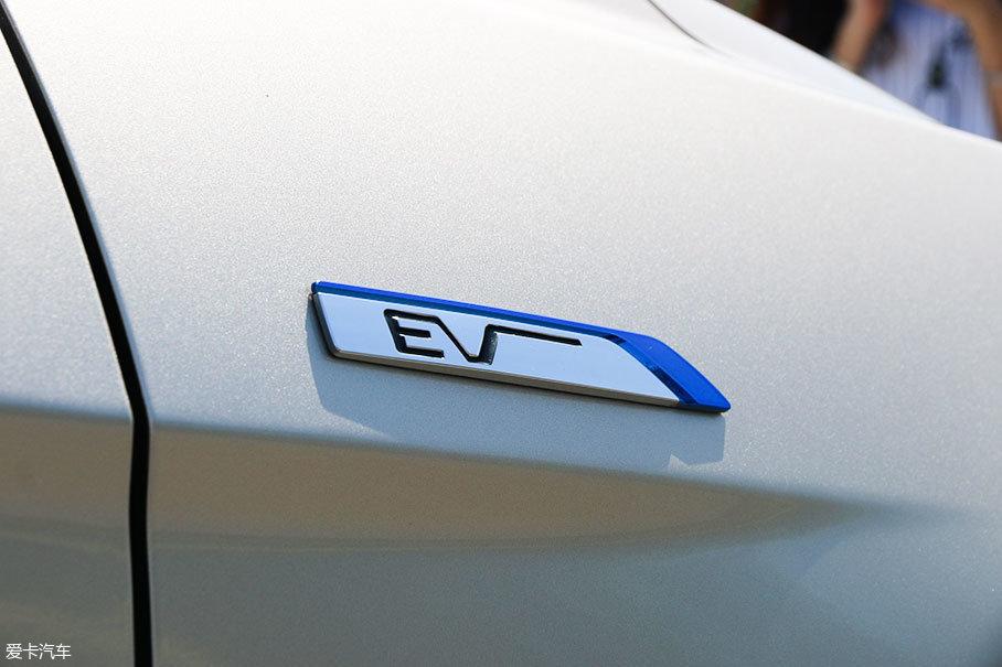 左翼子板上同样也有EV的标识,表明它电动车的身份。