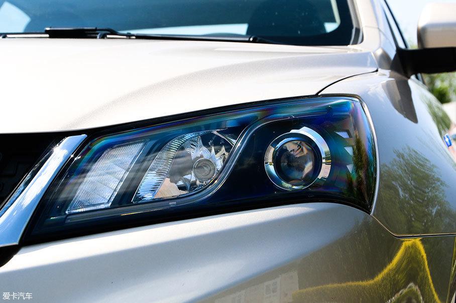 大灯依然采用卤素光源,不过经过重新排列后,加入了LED导光带,更有设计感,看起来也更精致。