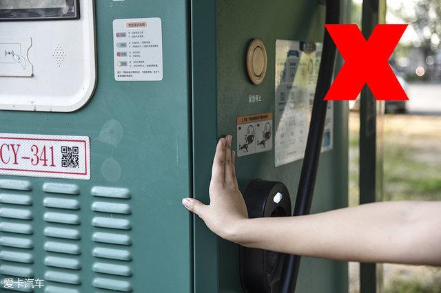 下雨天给电动汽车充电时,人体尽量不要和充电桩接触,因为市面上仍然有很多充电桩的外壳是金属材质的,雨天多雷电,还是防患于未然好。
