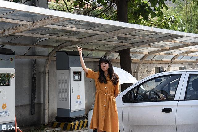如果在公共充电桩充电,尽量寻找带雨棚的充电桩进行充电。主要是因为现在有不少电动汽车充电需要打开发动机盖,为了保证安全,寻找带雨棚的充电桩最保险。2、充电前观察充电桩是否正常