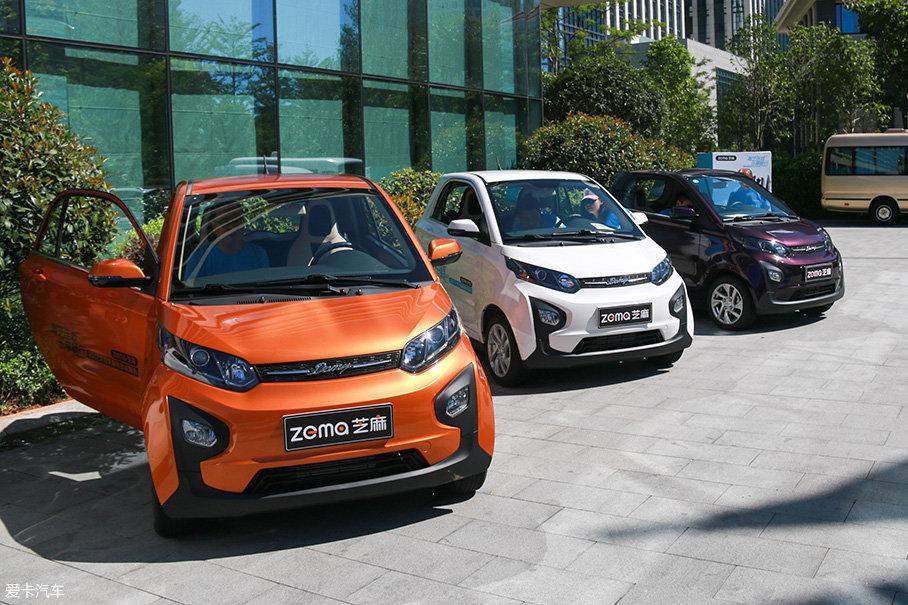 这样一款小巧的车型,一定要搭配绚丽的车身颜色,芝麻为消费者提供了橙色、蓝色、白色和紫色。除了单色车身,芝麻还有双色方案可供选择。
