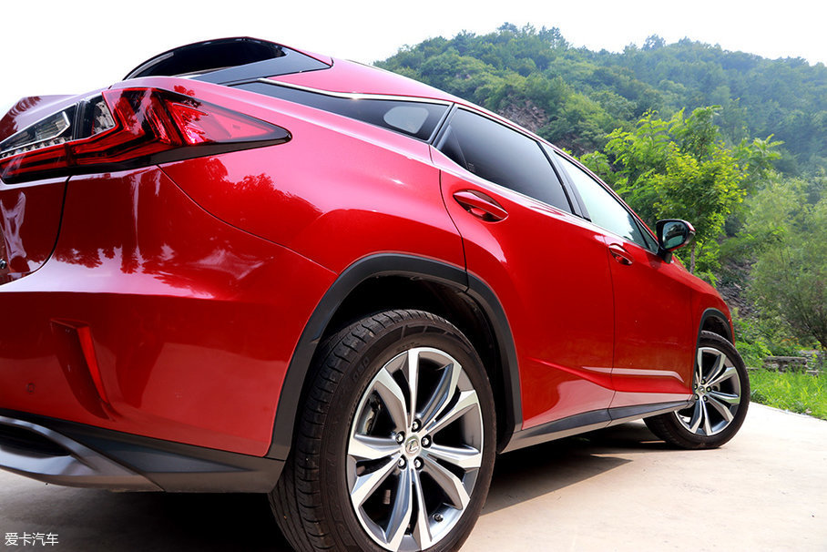 通过D柱巧妙的黑色装饰,营造出了悬浮式车顶的感觉,这样的设计在如今的SUV领域十分流行,显示出了流动跳跃的动感。
