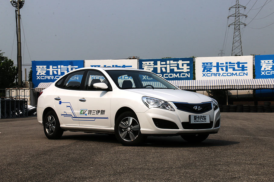 北京现代伊兰特EV2017年8月才刚刚上市,是北京现代旗下第一款纯电动车型。不过它的来头可不小,以老款悦动打底,群众基础深厚。