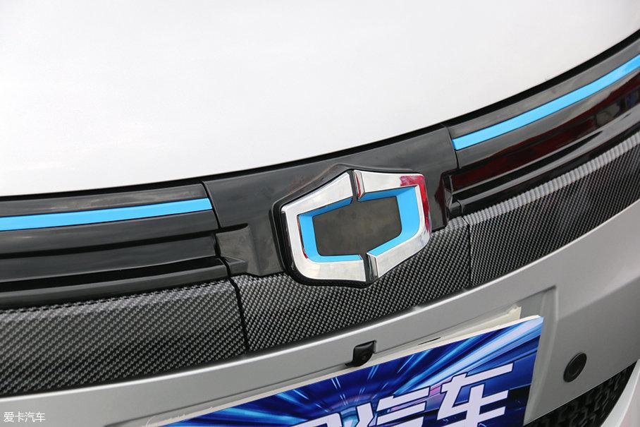 因为是电动车,所以进气格栅只起装饰作用。格栅的上下有蓝色装饰条和碳纤维装饰条搭配,突出科技感。车头Logo下方应该是充电口,不过由于车辆不让打开展示所以无法得知是快充还是慢充口。