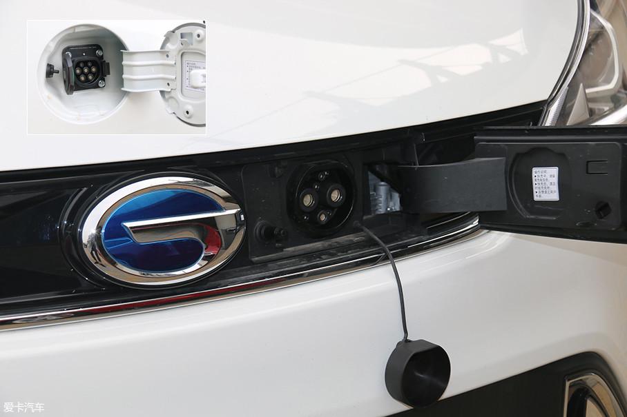 快充的接口在车头LOGO的旁边,慢充接口位于车尾处。