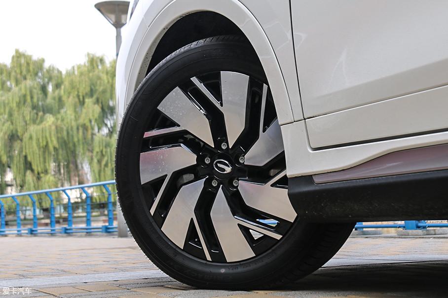 传祺GE3的轮圈设计也很有新意,几乎全封闭的18英寸轮圈可以有效降低风阻。配备米其林浩悦系列轮胎,其规格为215/55 R18。