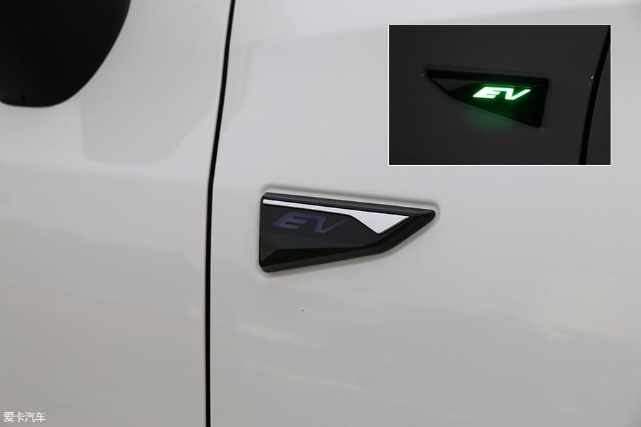 """前翼子板有一个""""EV""""的铭牌,充电时内部可以点亮,营造呼吸的效果。"""