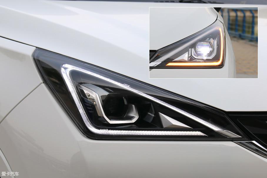"""三角形的大灯造型简约大气,内部三角形LED日间行车灯和带透镜的远近光一体大灯""""目光如炬""""。"""