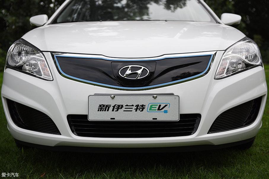新伊兰特EV将老款悦动的进气格栅改为封闭式设计,采用高光黑色涂装,在外圈搭配有蓝色装饰条,算是表明自己纯电动汽车的身份。