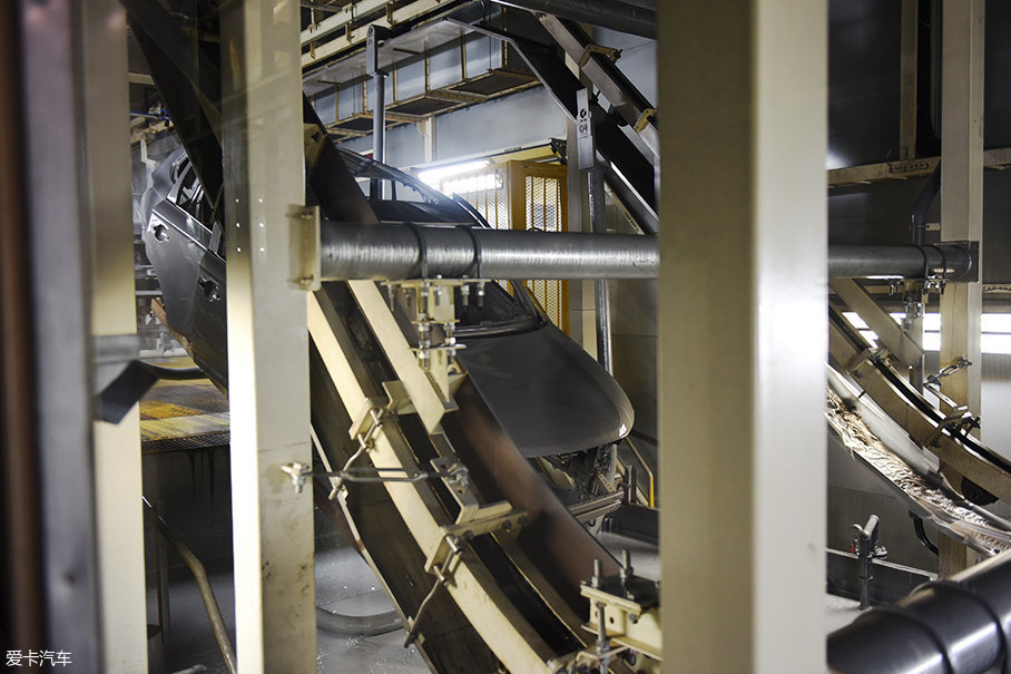 焊接完成的车身结构首先会经过前处理水洗,脱脂,磷化等工艺,然后进入