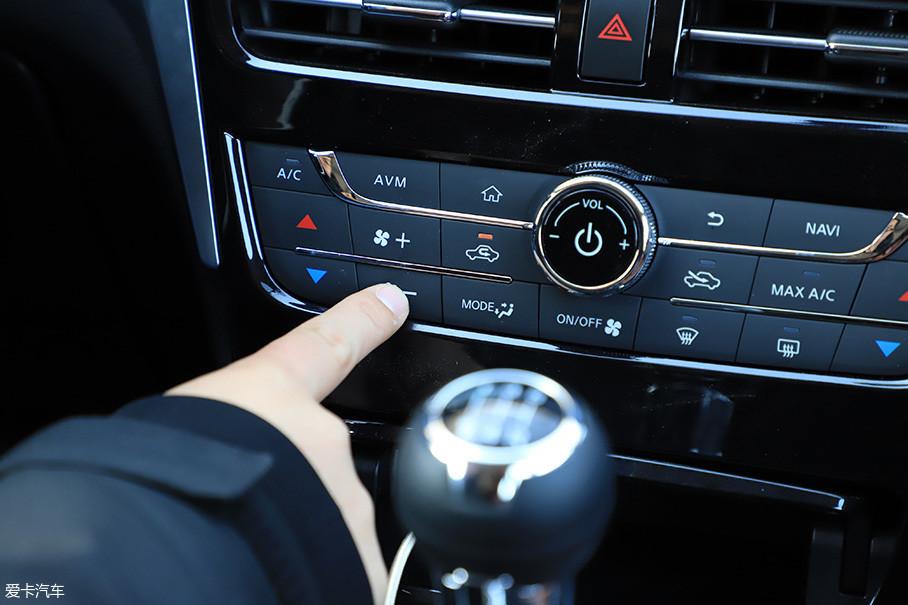 空调面板上按键的回馈、旋钮阻尼都表现上佳。实体按键排列有序,熟悉了布局后可完成盲操作,这也是实体按键的优势,开车时盲操作更安全。