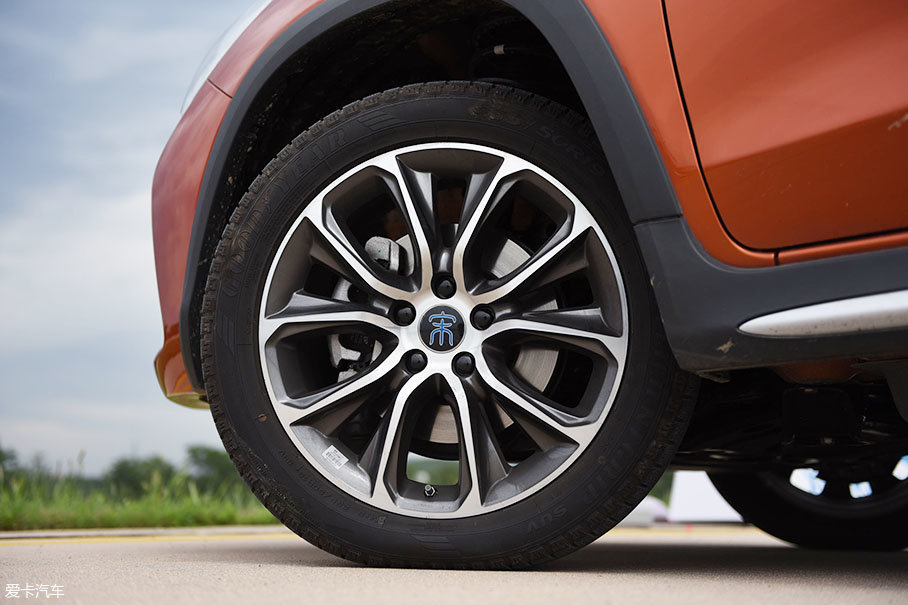 轮胎方面。宋EV300使用了一套颜值和质感都不错的铝合金轮圈,轮胎品牌为固特异御乘SUV系列,规格为235/50 R19。无论粗柏油或者是细柏油路面,路噪都能很好的抑制。
