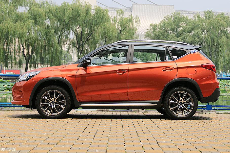 车身尺寸与竞争对手ERX5近似(同属紧凑级SUV),长宽高(4565mm×1870mm×1720mm)都略优于对手。在设计方面,车侧的三条锋线非常醒目,给人以不错的视觉效果。