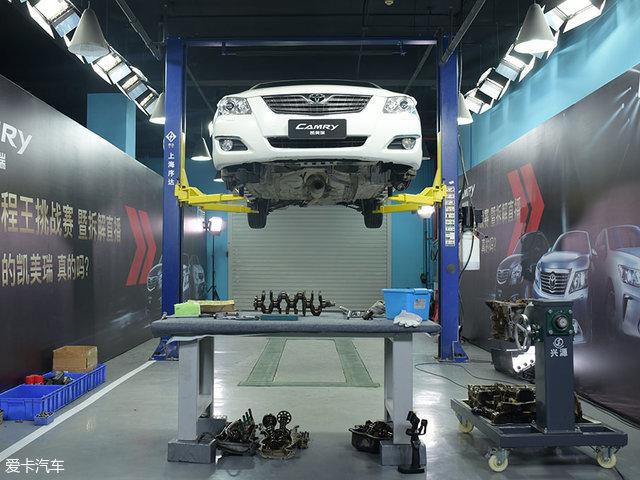 发动机方面,这辆凯美瑞搭载的是2.4L直列四缸16气门的双顶置凸轮轴自然吸气发动机,并带有VVT-i可变气门正时技术。