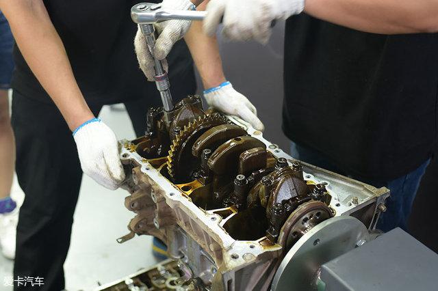 最后拆解的是曲轴。拆解曲轴基本就意味着整个发动机的拆解接近尾声。