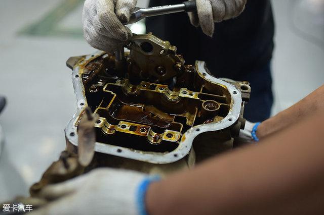 拆完气缸盖后,接下来拆解的是油底壳。拆除后再进行活塞和连杆的拆解。