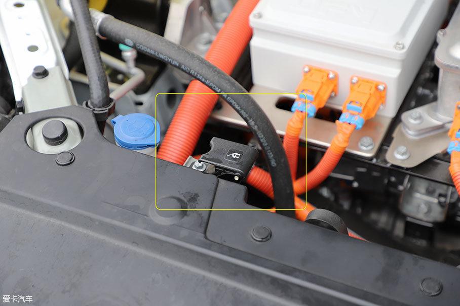 不过对快充还是要吐槽一下。这款车的快充开关位于发动机舱内,每次使用快充都必须打开前发动机盖,这个设计确实有些欠缺,好在工程师已确定要对其进行改进。
