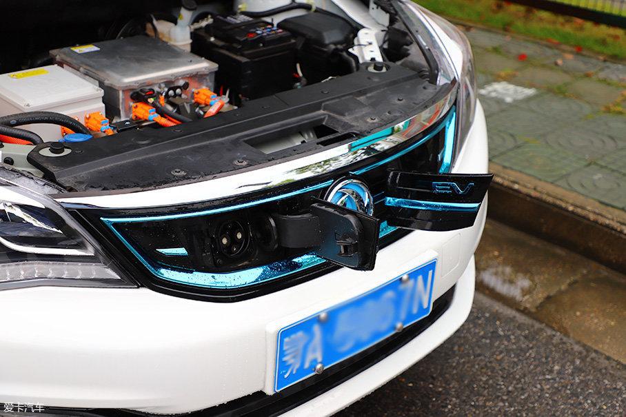 E70拥有快充和慢充两种方式。充电口都位于车头,其中慢充额定电压为250V,电流为32A,大约6-8h(小时)可以充满,而快充大约0.5h就能充电至80%,充电速度还是很快的。