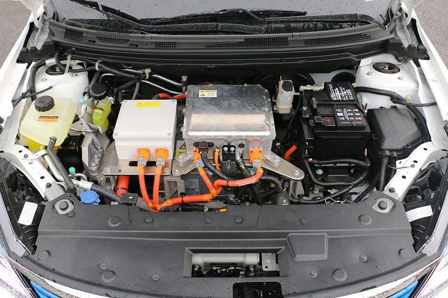 动力部分,风神E70采用了一台永磁同步电机为动力源,最大功率为90kW(122Ps),最大扭矩为260Nm。这台电动机最大的特点是优化了效率区间,对续航的提升起到了很大帮助。