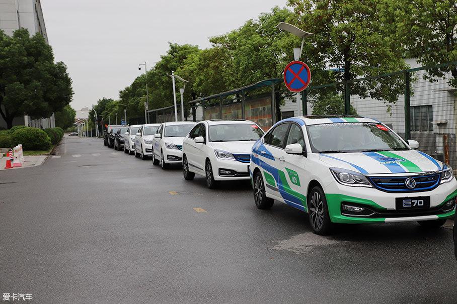 OK,大体了解完动力后,我们对E70进行了实测。我们将从武汉出发,目的地为襄阳试车场。这次旅程大约330km,全程包括高速、城市道路和乡村道路,具有一定的代表性。