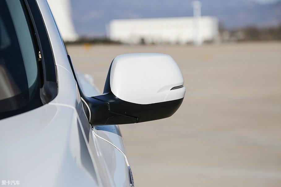 外后视镜加入了LED转向灯,同时改变了外形设计,并减小了边缘切角以减少空气阻力。