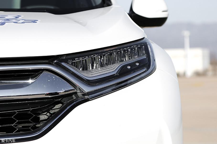 新CR-V混动标配了LED灯源,包括大灯和尾灯,LED灯带也变为混动专属的蓝色灯带。另外,在光感传感器的配合下,这套大灯还具备自动开启功能。