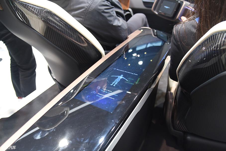 然而在车内互动屏幕设计上,现代的工程师有些别出心裁了,他们在主驾驶和中控台设计了多块液晶触摸屏,其中中控部分采用了OLED技术。