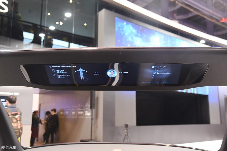 而最有特点的一块被设计在车顶位置,驾驶员抬头可见。而这块屏幕上同样可以显示包括乘员身体状况及导航信息。根据工程师的意思,这个设计是为了高速公路自动驾驶而研发的。