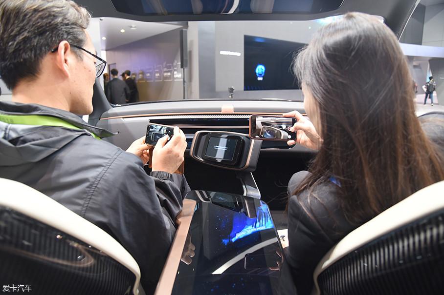 在未来当自动驾驶车进入高速公路后,座椅会自动向后倾斜,驾驶员可以进入休息模式,在半躺的模式下,车顶的显示屏可以为驾驶员提供一切车辆信息。