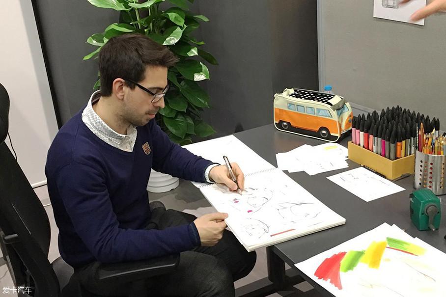 简单地说,一款概念车最初始于草图,过去大部分设计师都是在纸上手绘。