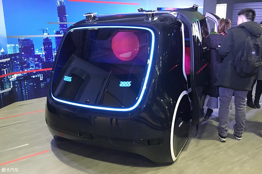 前脸采用LED灯光设计,可以组合成不同图案来实现人、车之间的交流。