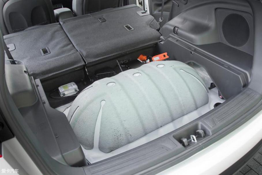 ix35 FCV可以储存5.64kg氢(后部两个储氢罐,氢气压力为70Mpa),这些氢燃料可以让车子达到415km的续航,而加氢时间也十分短,仅需要3-10min。
