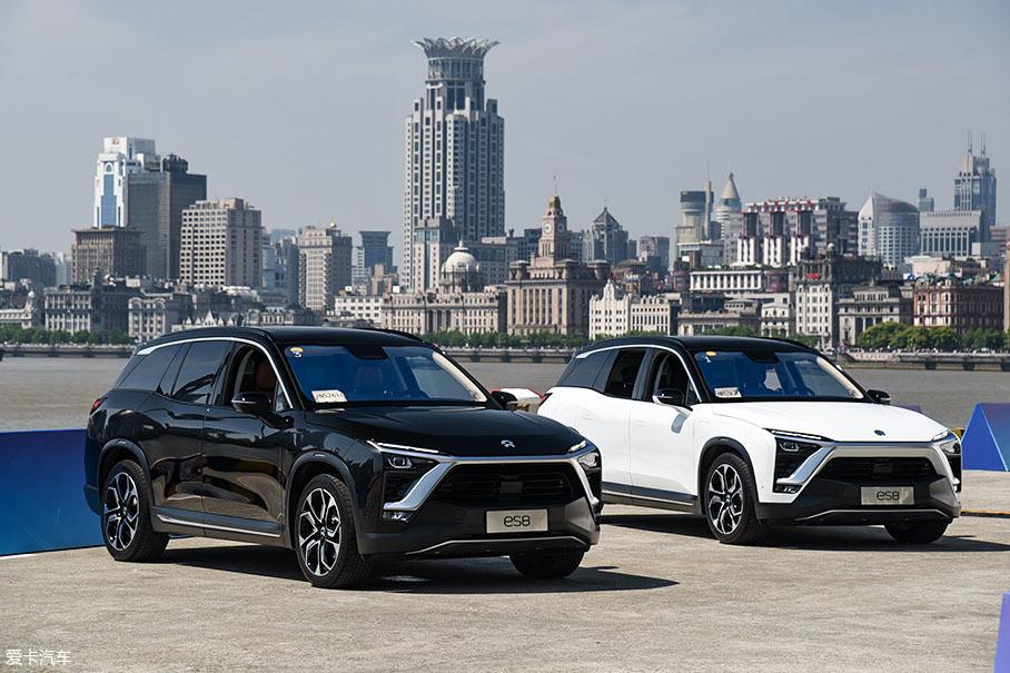 截止2018年12月15日,蔚来正式交付了9726辆ES8。这个数字不大,但是在造车新势力当中处于绝对的领先地位。并且在45万元以上的七座SUV(含燃油车)这一细分市场,ES8的销量是不错的。
