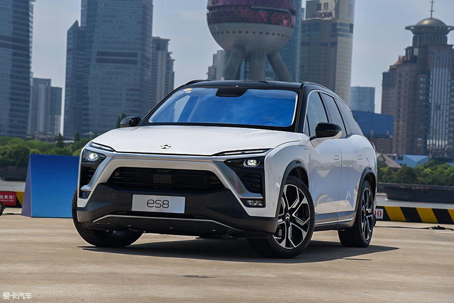 在ES8项目启动时,蔚来的创始人李斌先生给设计团队提了2点要求:一是不要太酷,二是不要太像电动汽车。毕竟这是蔚来的第一款量产车,设计以稳健为取向,这是可以理解的。