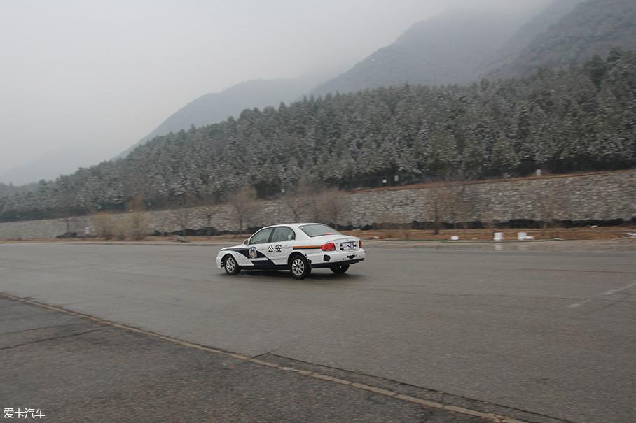 赵教官在车速120km/h的情况下,同时将油门及制动踏板踩到底,车辆减速并最终停止,虽然刹车距离大幅度增长,以此证明车辆制动力一定大于牵引力,保证发动机牵引加速的情况下可减速停车。
