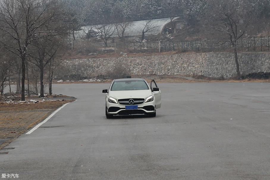 且由于开车门带来的空气阻力,发动机电脑给出增大油门开度的信号以维持速度的信号。