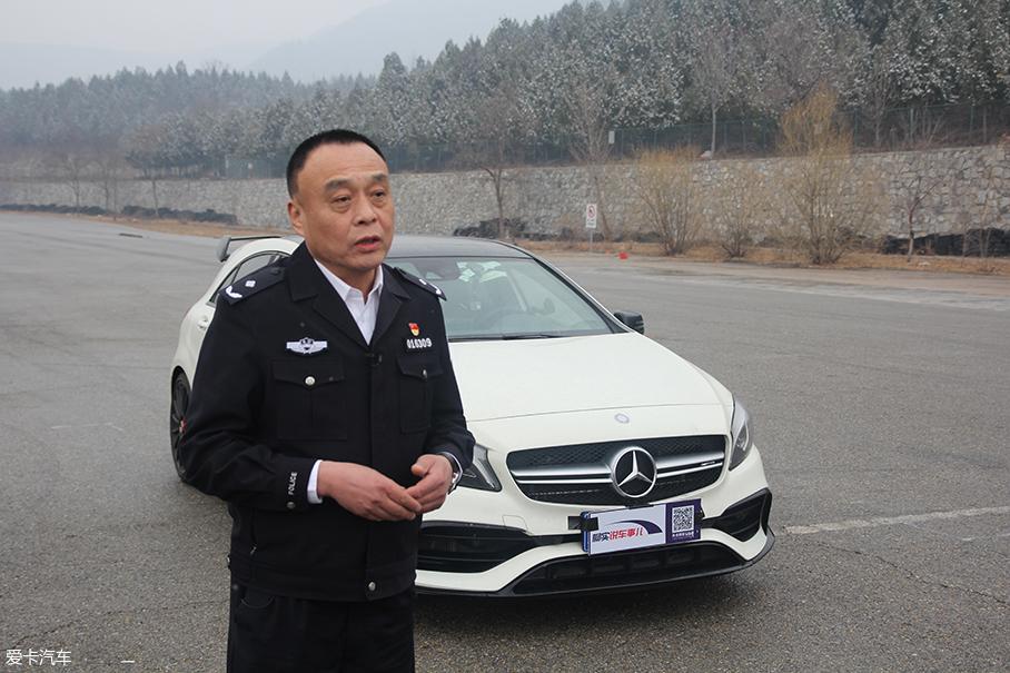 警察学院 奔驰刹车测试