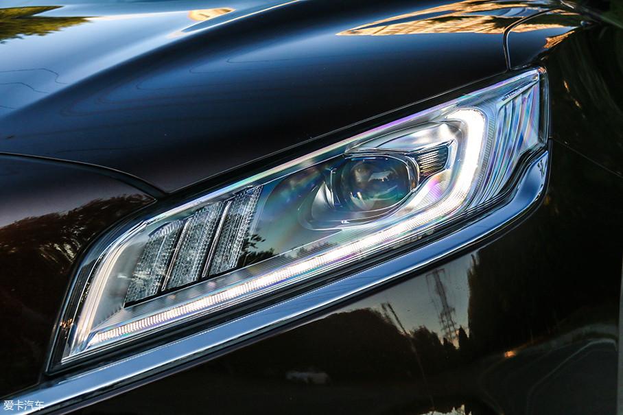 大灯采用全LED光源,较为扁平的造型使它与车头的整体调性相融。